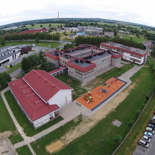 Widok z lotu ptaka na Szkołę Podstawową nr 15 w Żorach.